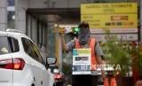 Petugas menjajakan Kartu Pembayaran Tol Non Tunai di gerbang Tol Senayan, Jakarta. ilustrasi