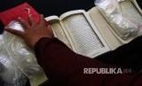 Petugas menunjukkan barang bukti 1,1 kg sabu yang diselundupkan dalam buku saat rilis di Kantor Bea dan Cukai Bandara Soekarno Hatta, Tangerang, Banten, Selasa (21/11). Kantor Bea Cukai dan Polres Bandara Soekarno Hatta berhasil menggagalkan penyelundupan 1,1 kg dari Malaysia ke Jakarta yang disembunyikan dalam buku.