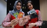 Petugas menunjukkan Kartu JakCard Bank DKI