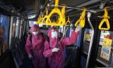 Petugas menyempotkan disinfektan pada bus Batik Solo Trans (BST) di Terminal Tipe A Tirtonadi Solo, Jawa Tengah, Kamis (22/4/2021). Meski pemerintah telah menetapkan larangan mudik pada Lebaran 2021, pengelola Terminal Tipe A Tirtonadi tetap konsisten menerapkan protokol kesehatan guna mencegah penyebaran COVID-19