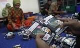 Petugas menyiapkan dokumen paspor dan visa jamaah calon haji (JCH) di Gedung Sistem Informasi dan Komputerisasi Haji Terpadu (Siskohat) Asrama Haji Embarkasi Surabaya (AHES), Surabaya, Jawa Timur, Sabtu (14/7).