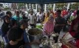 Petugas menyiapkan nasi dan lauk yang akan dibagikan gratis kepada kaum dhuafa dan fakir miskin di kawasan Titik Nol Kilometer, DI Yogyakarta, Jumat (11/11).