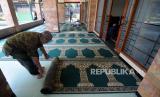 Petugas merapikan karpet sajadah di Masjid Agung Sunda Kelapa, Menteng, Jakarta. Tahun ini Masjid Sunda Kelapa tidak menggelar sholat Idul Fitri.