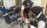 Petugas merapikan kursi roda milik jamaah haji Indonesia, di Daker Madinah,  Rabu (17/7). Setiap hari, sedikitnya 20-25 kursi roda dikirim ke sejumlah pemondokan, tempat jamaah menginap.