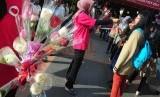 Petugas pemerintah Kota Bandung melakukan sosialisasi zona merah PKL dengan membagikan bunga di Jalan Merdeka, Bandung (Ilustrasi)