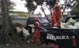 Petugas Penanganan Prasarana dan Sarana Umum (PPSU) Jatipadang sedang membersihkan sampah dedaunan dan ranting yang ada di Jalan Raya Ragunan, Jumat (17/11).