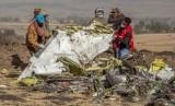 Petugas pencari menelusuri puing armada Ethiopian Airlines di Bishoftu, Debre Zeit, selatan Addis Ababa, Ethiopia, 11 Maret 2019.