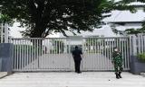 Petugas pengamanan dan personel TNI berjaga di depan pagar gedung Sekretariat ASEAN, Jakarta, Kamis (22/4/2021). Konferensi Tingkat Tinggi (KTT) ASEAN 2021 akan digelar di Sekretariat ASEAN, Jakarta pada Sabtu (24/4) yang akan dihadiri sejumlah kepala negara di kawasan Asia Tenggara.