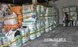 [ilustrasi] Petugas Perlindungan Konsumen dan Tertib Niaga (PKTN) Kementerian Perdagangan memeriksa barang bukti berupa pakaian bekas impor ilegal yang disita di gudang kawasan Gedebage, Kota Bandung, Kamis (5/9).