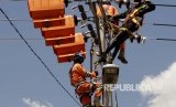 Petugas Perusahaan Listrik Negara (PLN) area Kupang, memperbaiki jaringan listrik di Kupang, NTT, Rabu (25/4). PLN Area Kupang terus melakukan pemeliharaan jaringan di daerah itu guna mencegah terjadinya kerusakan akibat hujan dan badai yang melanda daerah itu dalam beberapa hari terakhir.