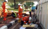 Petugas PGN memperbaiki kebocoran pipa gas di bawah jembatan simpang susun Semanggi.