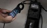 Petugas PLN Distribusi Jakarta Raya Area Bulungan memeriksa tegangan listrik di rumah pelanggan R1 900 VA kawasan Kebayoran Lama, Jakarta, Selasa (17/11).