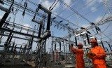 Petugas PLN memeriksa jaringan listrik. (ilustrasi)