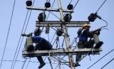 PLN Jateng kerahkan lebih dari 100 personel perbaiki tower listrik. Foto petugas PLN mengganti trafo listrik yang rusak (ilustrasi).
