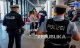 Petugas polisi federal Jerman memeriksa penumpang yang datang dari Palma de Mallorca untuk tes Covid-19 negatif saat mereka tiba di bandara di Frankfurt, Jerman, Selasa, Selasa (30/3).