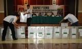Petugas PPK membawa kotak suara dari tiap kecamatan dalam rapat pleno rekapitulasi hasil penghitungan perolehan suara tingkat kota pada Pilkada Depok di Depok, Jawa Barat, Rabu (16/12).