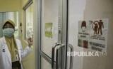 Petugas rumah sakit memperlihatkan ruangan isolasi khusus untuk wabah virus corona di Rumah Sakit Umum Pusat (RSUP) Dr Wahidin Sudirohusodo, Makassar, Sulawesi Selatan, Kamis (30/1). Dekan FK Unhas mengingatkan, infeksi virus corona perlu diwaspadai, tapi tak berlebihan.