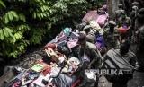 Petugas Satpol PP memindahkan  barang milik warga saat penggusuran permukiman Tamansari, Kota Bandung, Kamis (12/12).