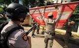 Petugas Satpol PP membongkar paksa Alat Peraga Kampanye (APK) di jalan protokol Pusat Kota Lhokseumawe, Aceh, Senin (10/12).