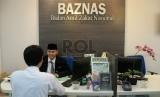 Petugas sedang melayani pembayar zakat di kantor Badan Amil Zakat Nasional (BAZNAS), Jakarta.