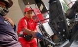 Petugas SPBU mengisi pertamax ke tangki sepeda motor (Illustrasi)