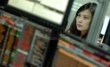 Pialang mengamati pergerakan harga Sukuk di Delaing Room Treasury OCBC NISP, Jakarta, Selasa (18/2).