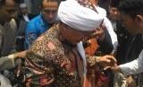 Pimpinan Ponpes Daarut Tauhid Bandung, KH Abdullah Gymnastiar atau akrab disapa Aa Gym, usai memberikan tausiyah di Masjid Agung Baing Yusuf, Purwakarta, Sabtu (12/1).