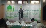 Pimpinan Yayasan Pesantren Qalbun Salim Assyafi'i, Ustaz Ahmad Saefulloh membawakan tausiah memeringati Maulid Nabi Muhammad SAW di Mushalla Al Furqon, Bukit Sawangan Indah, Depok, Sabtu (8/12)