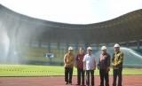 Wapres Jusuf Kalla meninjau persiapan Asian Games 2018 di Stadion Patriot Chandrabaga, Kota Bekasi, Jawa Barat, Jumat (27/4).