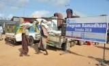 PKPU Human Initiative mendistribusikan paket makanan di Somalia.