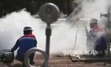 PLTP PGE Kamojang : Dua pekerja melakukan pengecekan sumur KMJ-51 di Pertamina Geothermal Energy (PGE) Area Kamojang, Jawa Barat, Rabu (18/10)