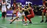 Point guard NSH Jakarta Widyanta Putra Teja membawa bola dijaga point guard Louvre Surabaya Wendha Wijaya.