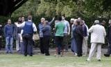 Polisi berbicara dengan saksi mata terkait penembakan masjid di Christchurch, Selandia Baru, Jumat (15/3).