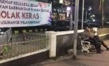 Polisi berjaga di depan Gedung Sarinah di bilangan Jl Thamrin. Mereka juga sekaligus mengawasi suasana Gedung Bawaslu yang tepat di seberangnya.