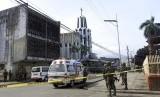 Polisi berjaga di luar gereja yang menjadi sasaran bom pada Ahad (27/1) di Jolo, Filipina.