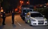Polisi berjaga di luar kediaman Najib Razak di Kuala Lumpur, Malaysia. Mantan PM Malaysia itu menjalani investigasi atas dugaan skandal 1MDB.