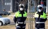Polisi berjaga di rumah sakit Schiavonia, dekat Padova, di mana tes untuk virus corona dilakukan terhadap warga di Veneto, Italia utara, Sabtu (22/2). Italia melaporkan 80 kasus positif corona terjadi di negaranya.