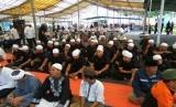 Polisi berkopiah putih dan Polwan berjilbab ikut dalam aksi Bela Islam Jilid III. Mereka ikut dalam kegiatan doa, zikir dan tausiah bersama di masjid Agung Medan, Jumat (2/12).