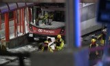 Polisi dan petugas tanggap darurat di lokasi kecelakaan bus tingkat di Ottawa, Kanada, Jumat (11/1).