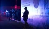 Polisi federal Meksiko berjaga di luar pusat penahanan imigrasi di Tapachula, Chiapas, Meksiko, Kamis malam (25/4). Lebih dari 1.000 migran kabur dari tempat tersebut.