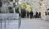 Polisi Israel berjaga di luar kompleks Masjid Al Aqsha di Kota Tua Yerusalem, Selasa (25/7).