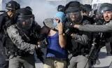 Polisi Israel menahan seorang pengunjuk rasa warga Palestina.