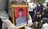 Polisi membawa foto Ipda Erwin Yudha Wildani. Ipda Erwin meninggal dunia usai menderita luka bakar hingga 70 persen, Senin (26/8/2019). Lima pelaku tengah menjalani sidang di PN Cianjur.