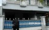 Polisi memeriksa area temuan benda diduga mirip bom di rumah pribadi Ketua KPK Agus Rahardjo di Perumahan Graha Indah, Bekasi, Jawa Barat, Rabu (9/1/2019).