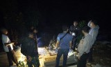Polisi mengecek kondisi makam yang terbuka sebagian di TPU Kampung Pakemitan II, Desa Pakemitan, Kecamatan Cikatomas, Kabupaten Tasikmalaya, Jumat (8/11) malam.