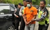 Polisi menggiring tersangka pengedar narkotika jenis sabu-sabu setibanya Polres Jantho, Kabupaten Aceh Besar, Aceh, Sabtu (12/8). Pada hari yang sama, satu bandar sabu asal Aceh ditembak mati oleh polisi di Medan, Sumatra Utara.