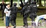 Polisi menjauhkan orang-orang  setelah penembakan yang mengakibatkan banyak kematian dan cedera di Masjid Al Noor di Deans Avenue di Christchurch, Selandia Baru, (15/3 2019).