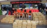 Polisi menunjukan tersangka dan barang bukti kasus narkoba