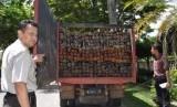 Petugas menunjukkan hasil temuan kayu ilegal. (Ilustrasi)