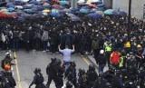 Polisi SWAT mengepung demonstran Hong Kong yang menyerukan boikot Partai Komunis China di Hong Kong, Ahad (19/1).